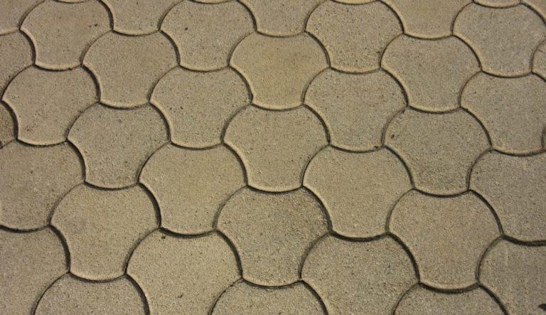 usuwanie resztek betonu z kostki brukowej