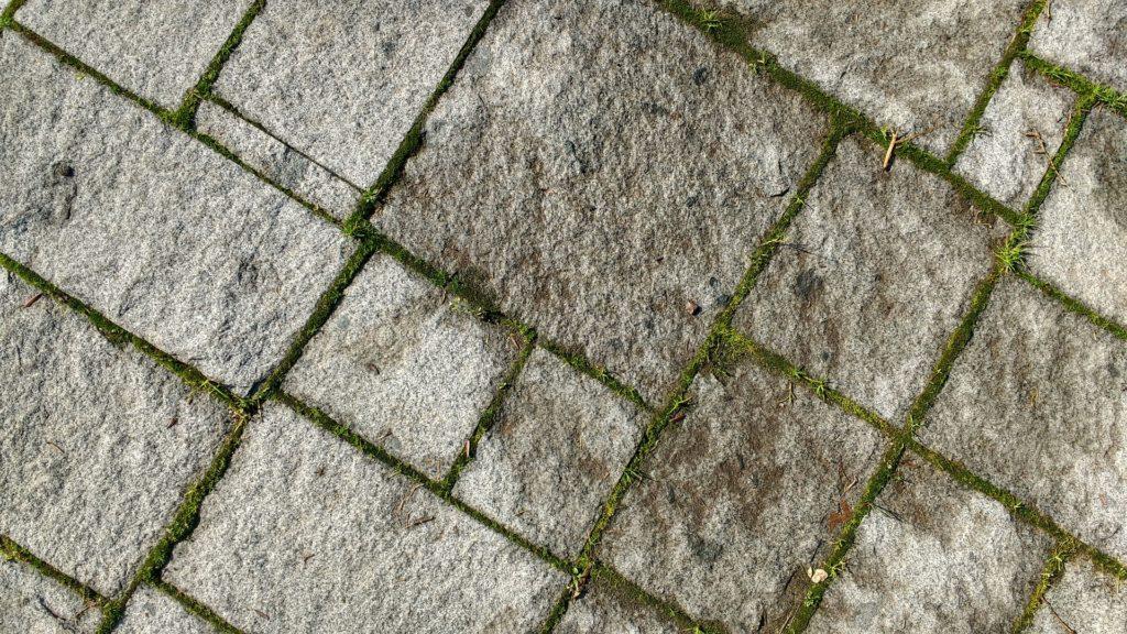Jak usunąć plamy tłuszczu z betonu?Czym usunąć olej z kostki?