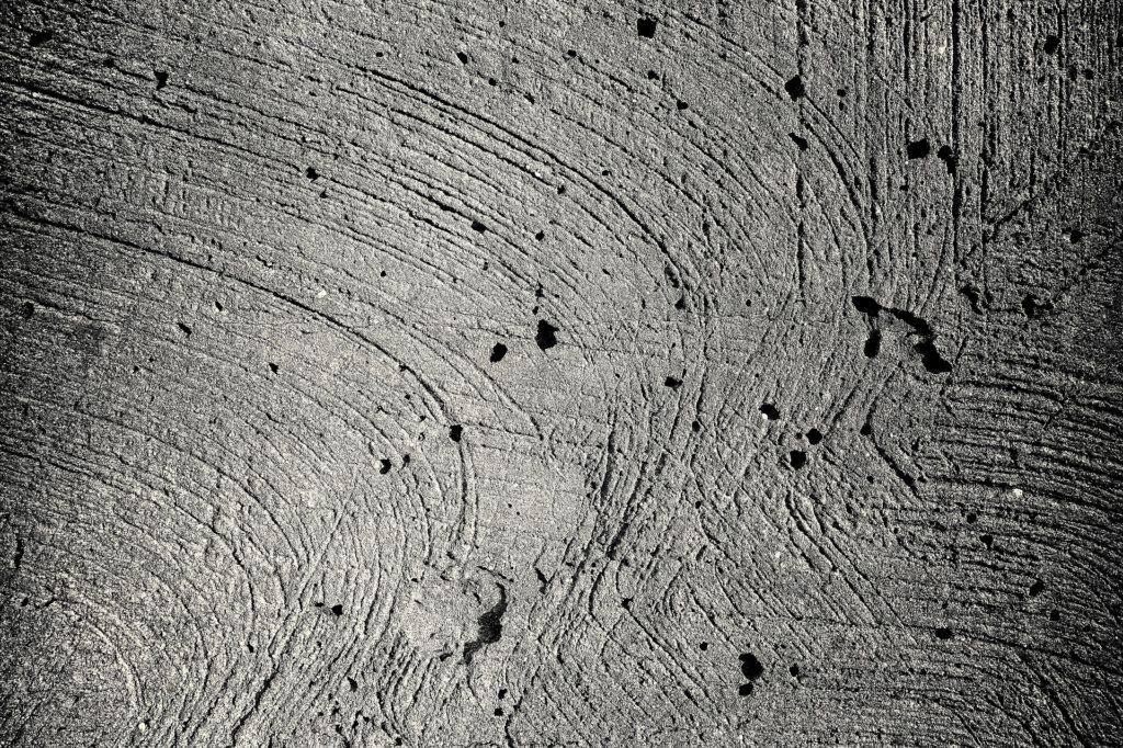 Wskazówki, jak zapobiegać pustkom powierzchni w betonie.